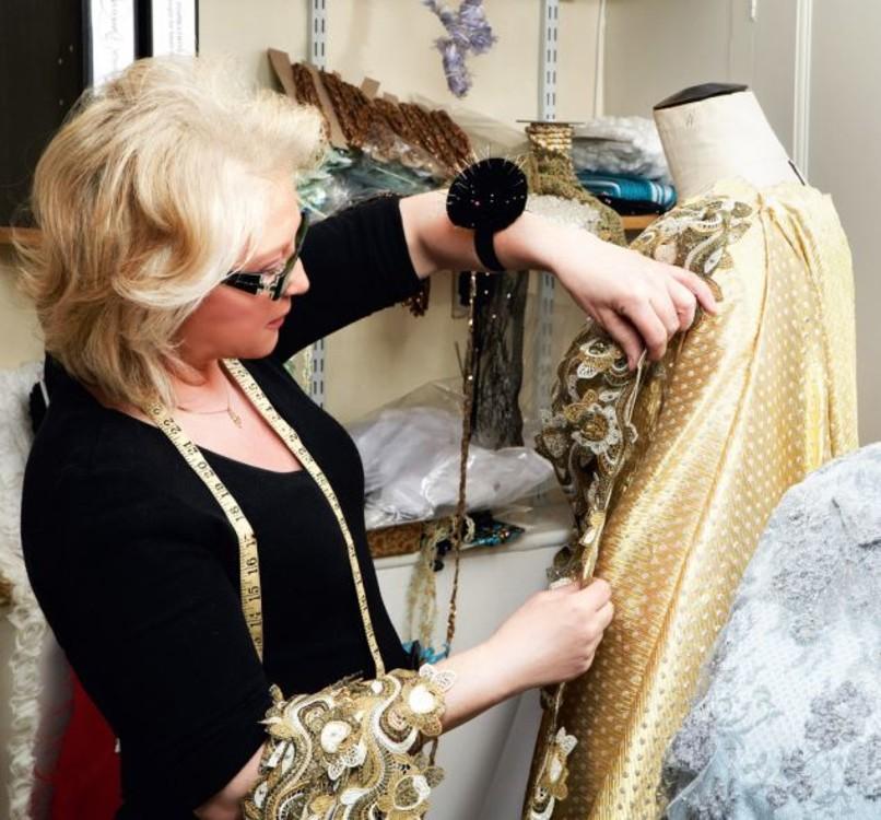 Анджела Келли создает наряд королевы для Diamond Jubilee Concert