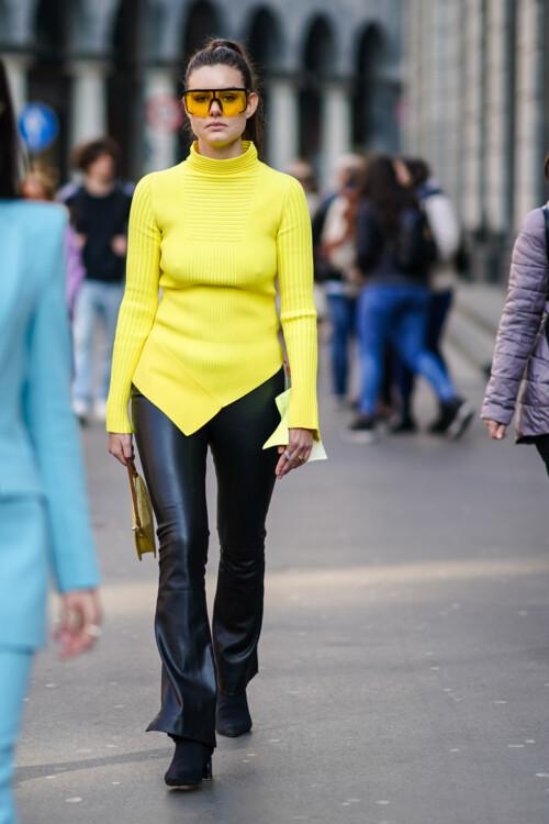 Как носить неон этой осенью стритстайл фото идеи примеры осень 2020 фото