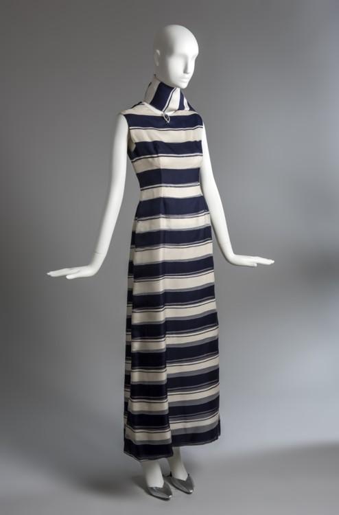 Платье из органзы в синюю и белую полоску и шарф, принадлежавшие герцогине Виндзорской, лето 1966