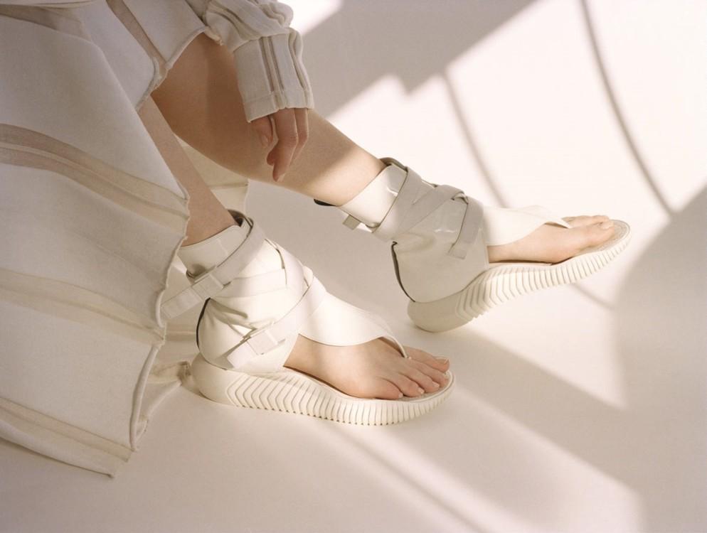 Хлопковый тренч, DKNY; сандалии из пластика, Louis Vuitton; бумажная сумка, Melitta Baumeister