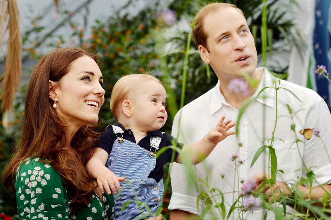 """Принц Георг вместе со своими родителями на выставке """"Сезонные бабочки"""" в Музее естественной истории. Снимок сделан Джоном Стиллуэллом и входит в серию официальных портретов принца, чтобы отметить его первый день рождения"""