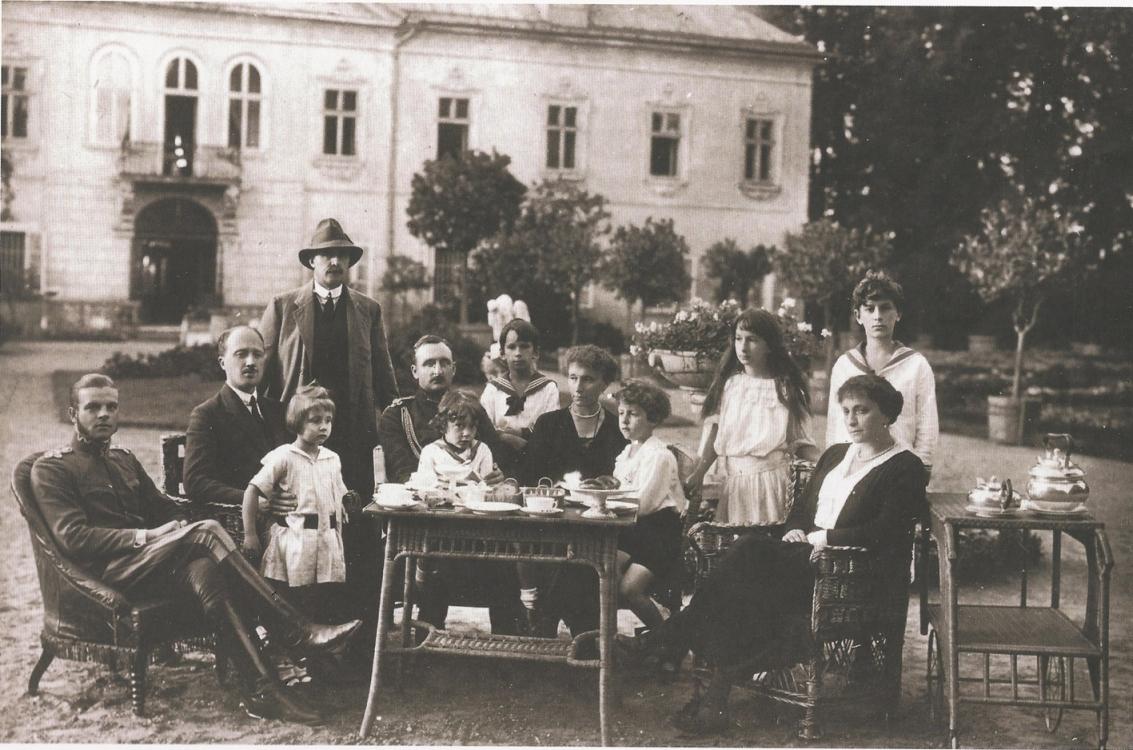 Семья Радзивилл за утренним чаем перед замком в Ниборове, Польша, накануне Первой мировой войны