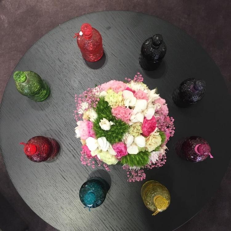Живые цветы - непременная часть интерьера в бутике Guerlain