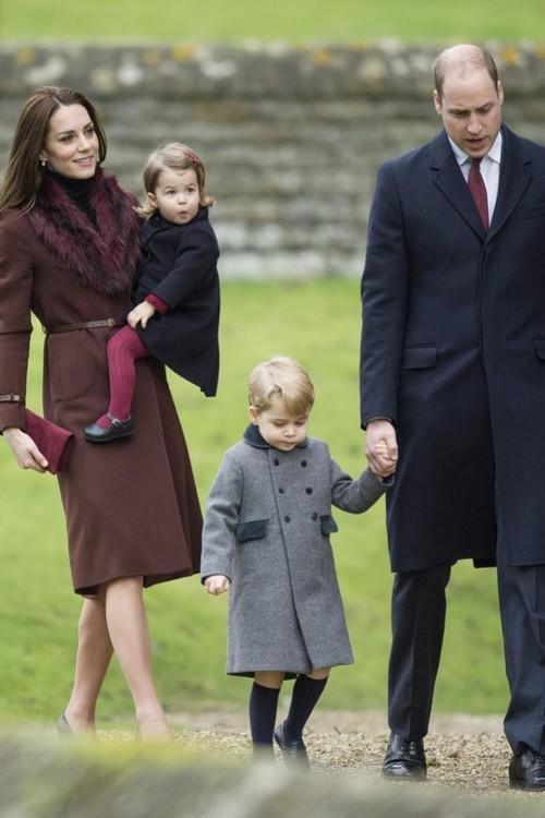 Кейт Міддлтон у пальті Hobbs з принцом Вільямом, принцесою Шарлоттою і принцом Джорджем, 25 грудня 2016 р