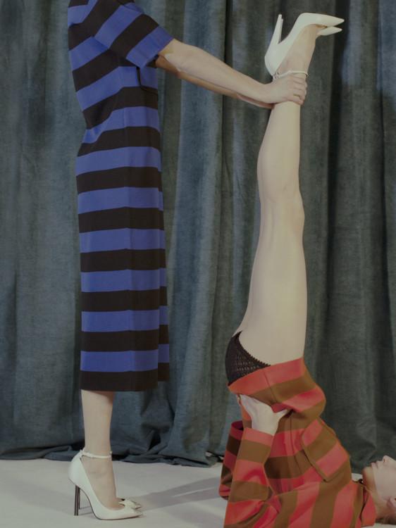 Слева: трикотажное платье, Joseph; кожаные туфли, Saint Laurent by Anthony Vaccarello. Справа: трикотажное платье, Joseph; кожаные туфли, трусы из шелка и вискозы, все – Saint Laurent by Anthony Vaccarello