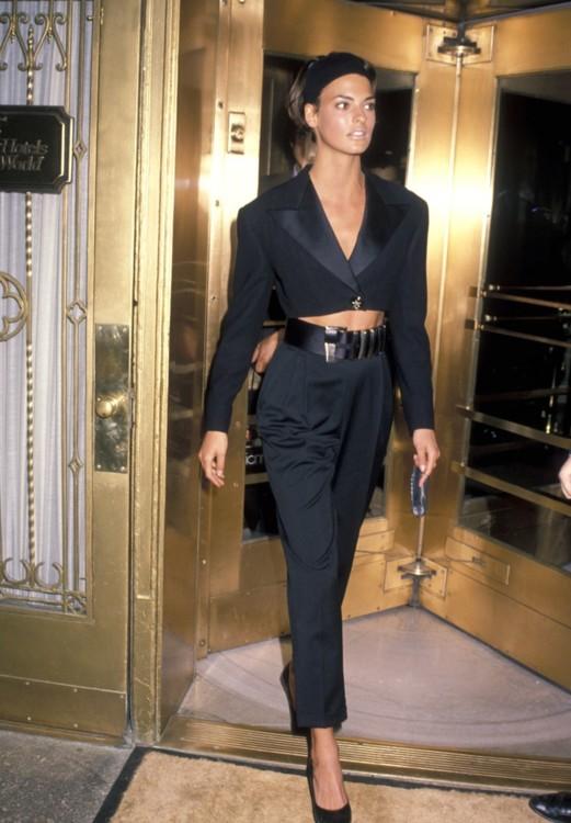 Линда Евангелиста в образе Versace в Милане в апреле 1990 года