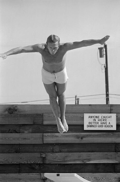 Стив Маккуин ныряет в бассейн у себя дома в Палм-Спрингс, Калифорния, 1963