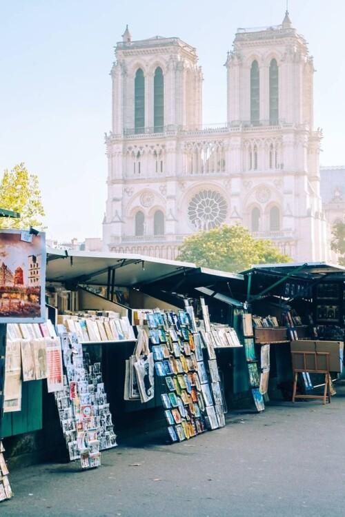 Сделать снимок Собора Парижской Богоматери без людей - сложно. Как сделать это возможным? Перейти на другой берег реки к зданию банка, где стоят палатки с книгами. Лучше снимать на рассвете и не дожидаться, пока книги аккуратно расставят.