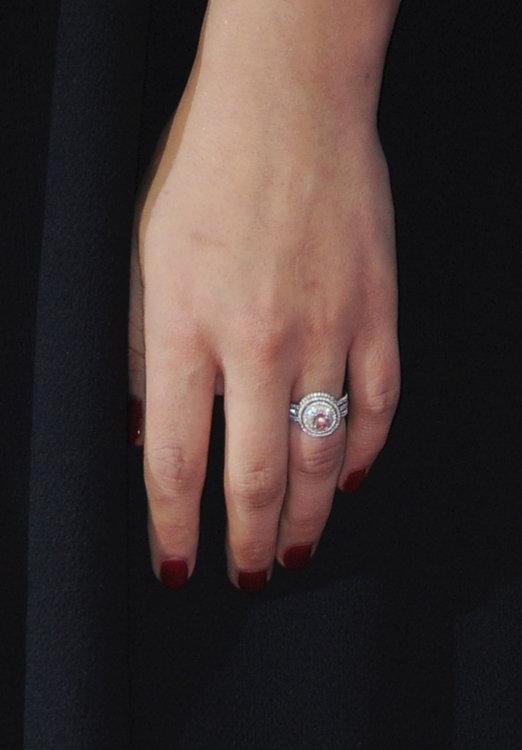Обручальное кольцо Натали Портман дизайна Jaime Wolf, выполненное из переработанной платины с бриллиантом