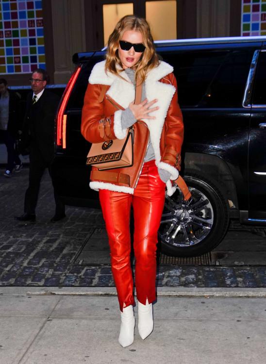 В брюках  Givenchy и с сумкой Fendi