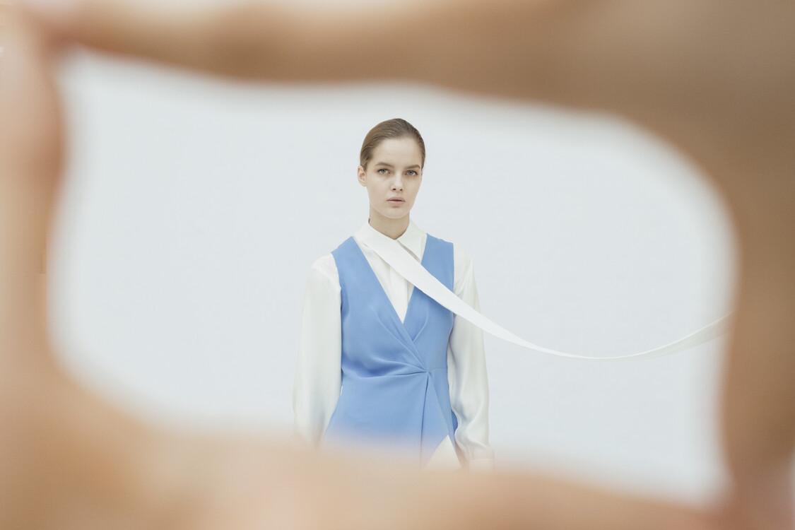 На фото: сукня DVF, блуза Barbara Bui