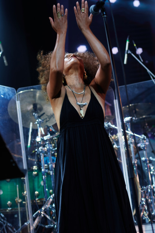 Выступление Камаси Вашингтона (на фото - вокалистка Patrice Quinn)