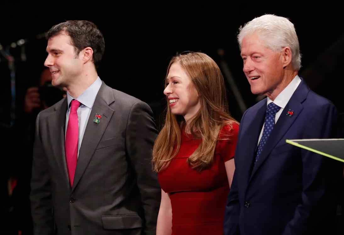дочь Хиллари Клинтон Челси c мужем и отцом Биллом Клинтоном