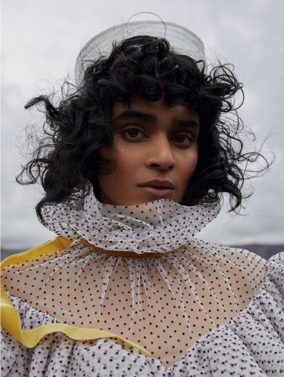 Сукня з шовку і тюлю, вельветові стрічки, все – Erdem; капелюх з бавовни і соломи, Beton Cire