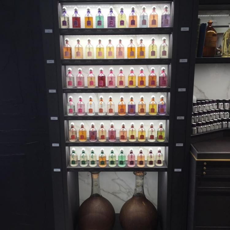 В специальном холодильнике для духов поддерживают определенную влажность и температуру 16 градусов - это оптимальный режим для хранения