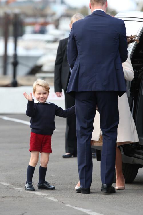 Принц Георг приветствует репортеров по прибытию в Канаду во время совместного королевского тура с родителями и сестрой