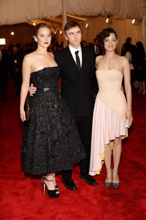 Дженнифер Лоуренс Dior, Раф Симонс и Марион Котийяр в Dior, MET Gala 2013