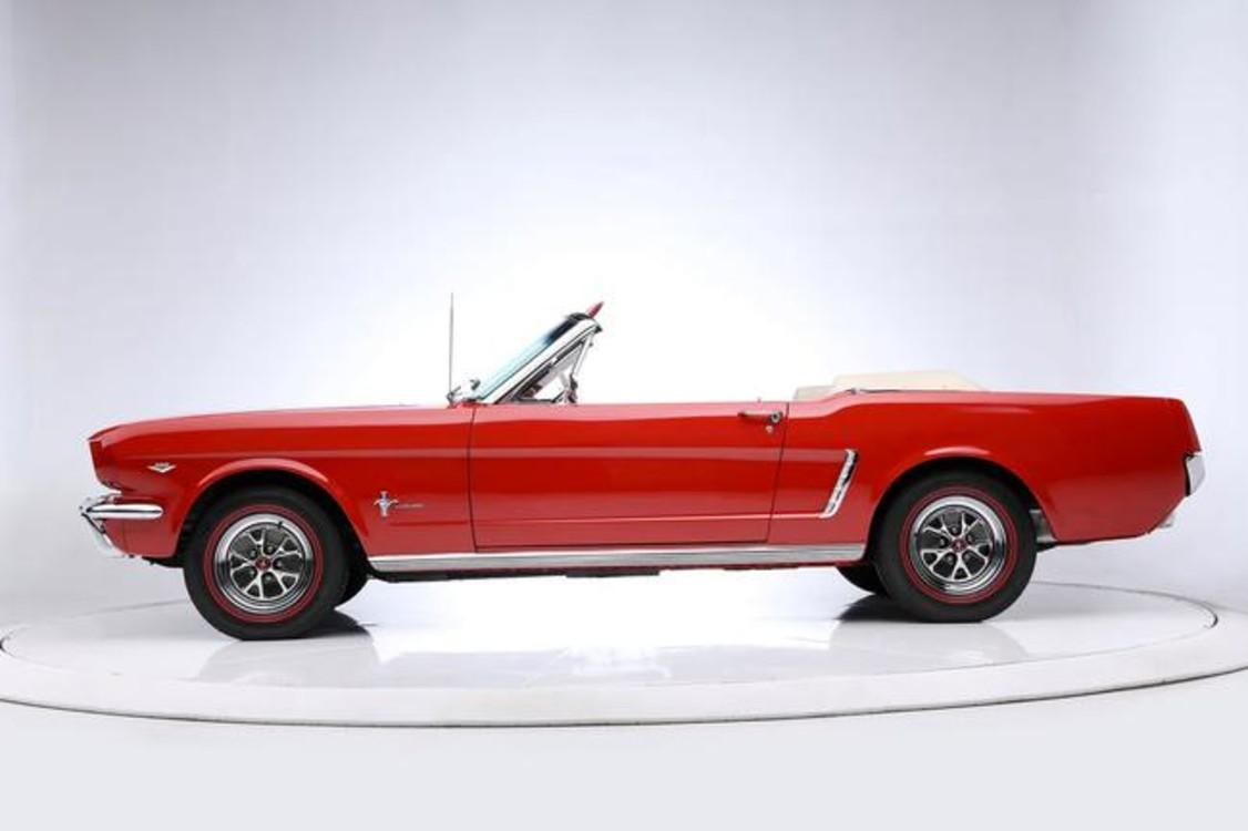 """Ford Mustang Convertible (1965) стал автомобилем преступника Макса Кэйди в исполнении Роберта Де Ниро в психологическом триллере """"Мыс страха"""" (1991). Photo: Barrett-Jackson"""