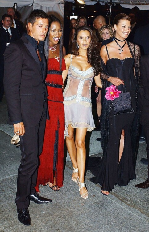 Стефано Габбана, Наоми Кэмпбелл, Виктория Бекхэм и Линда Евангелиста в Dolce & Gabbana, MET Gala 2003