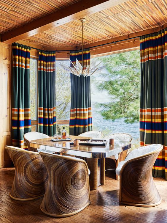 Кабинет. Винтажные кресла из ротанга, игровой стол дизайна Мило Баумана, винтажный стеклянный светильник Sciolari. На потолке — плетеные панели Elitis