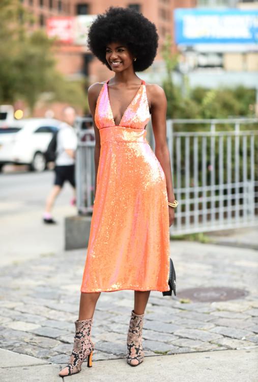Платья из мерцающих тканей стрит стайл весна-лето 2020 фото фото