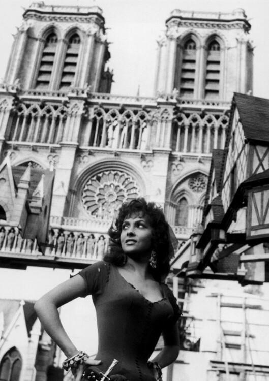 """Джина Лоллобриджіда на зйомках """"Собору Паризької Богоматері"""", 1956"""