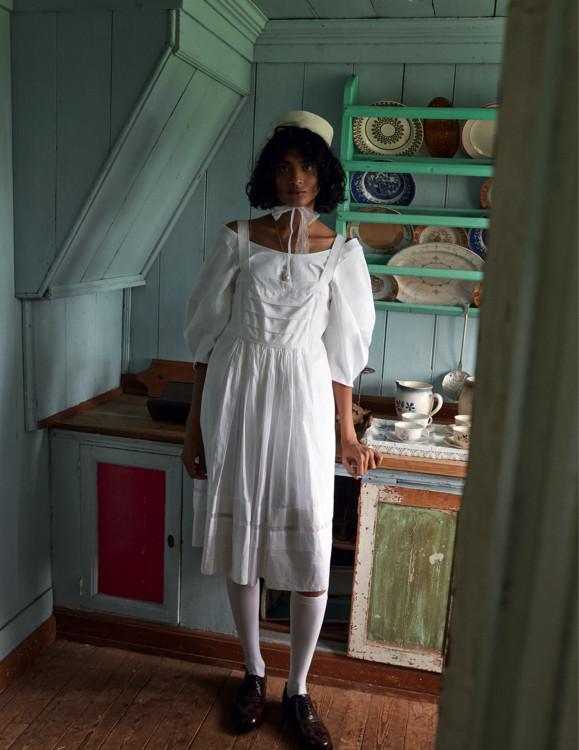 Бавовняний топ, PAPER London; бавовняна сукня, Three Graces London; шкарпетки з поліаміду, Calzedonia; шкіряні броги, G.H. Bass & Co .; капелюх з бавовни і соломи, Beton Cire