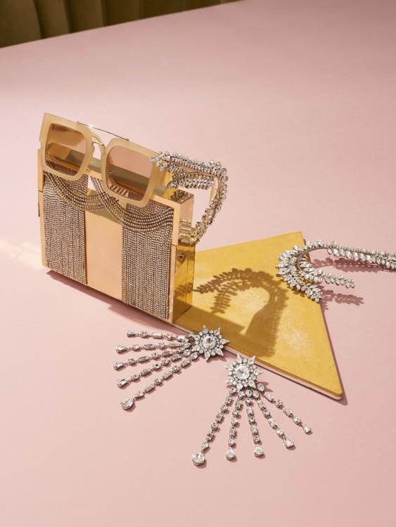 Клатч, металл, кристаллы, Benedetta Bruzziches; очки, Mulberry; серьги, латунь, кристаллы, Racil