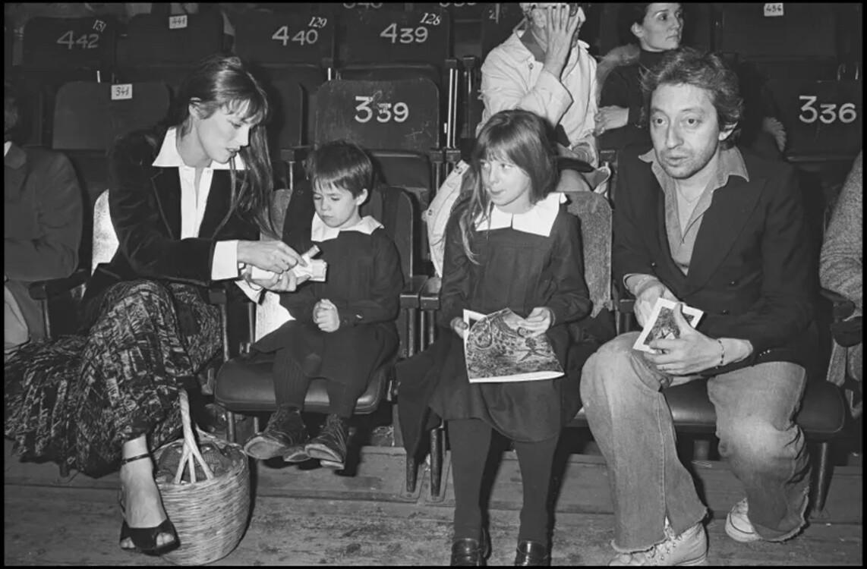 Джейн Биркин и Серж Генсбур с дочерьми, 1976 год