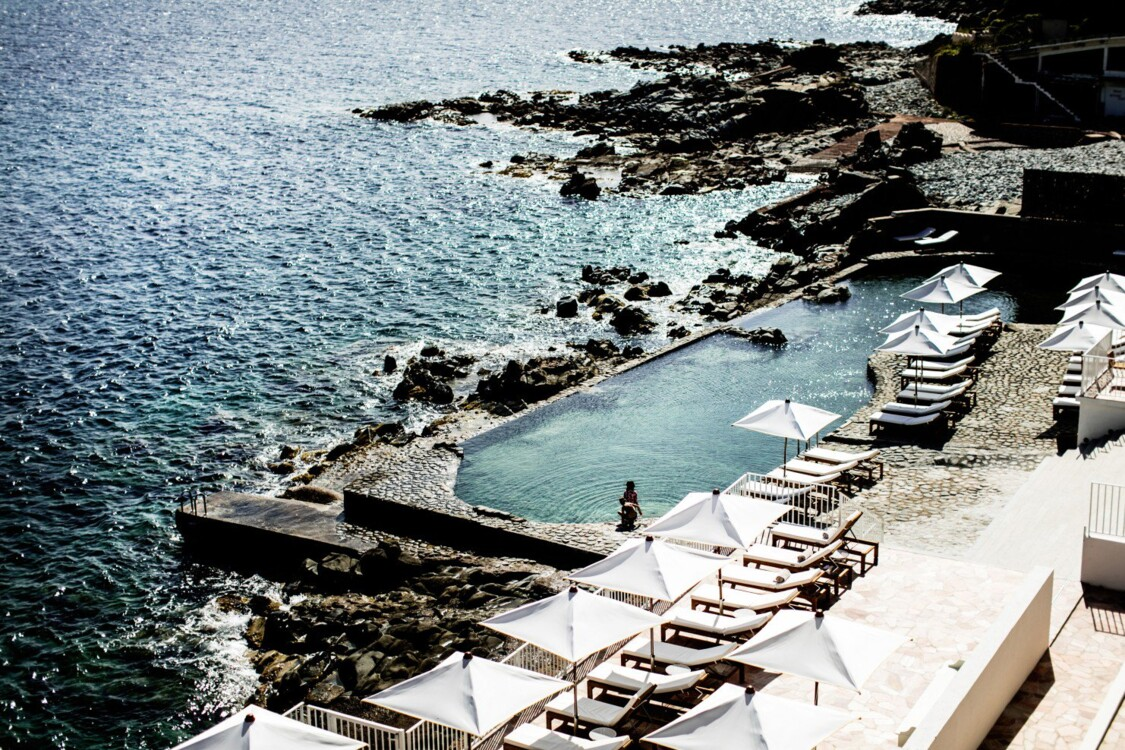 Бассейн в отеле Les Roches Rouges в Сан-Рафаэле