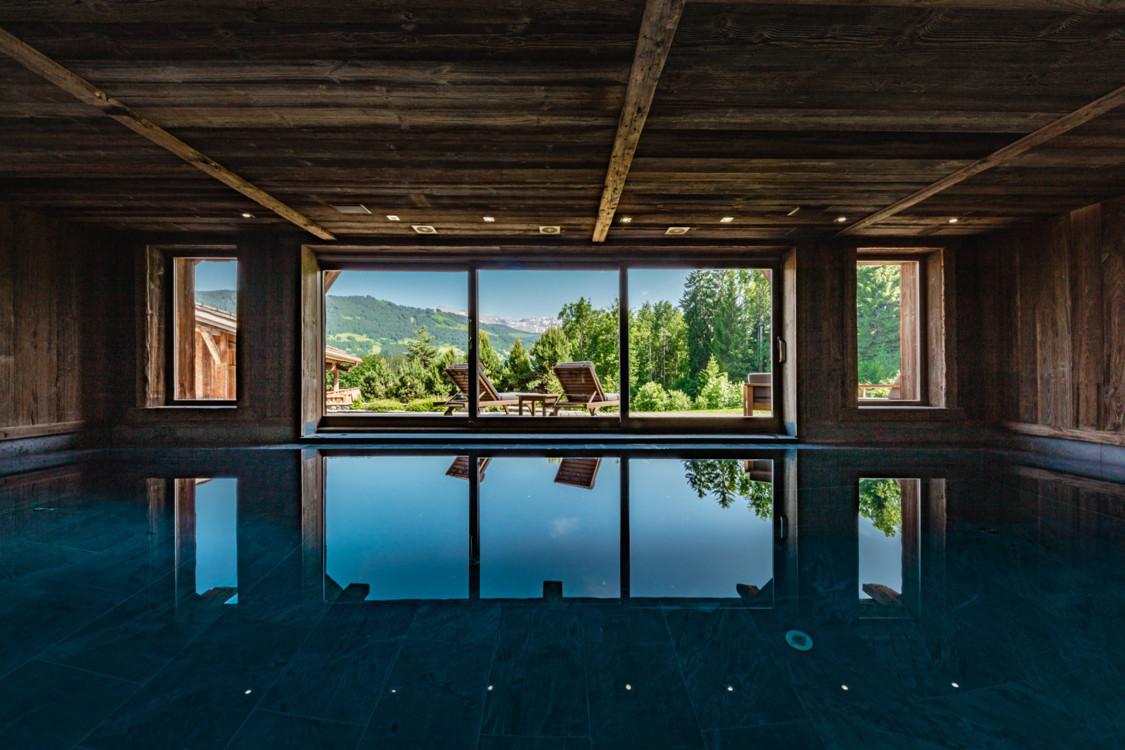 Критий басейн з панорамними вікнами і шикарним видом на гори