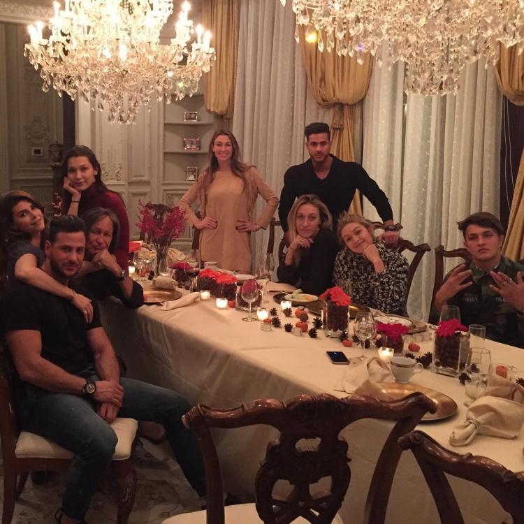 Джиджи и Белла Хадид вместе с семьей