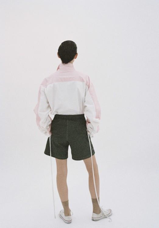 Хлопковый блейзер, шорты изполиэстера, все – Anton Belinskiy; нейлоновые носки, DIM; кеды из текстиля, Converse
