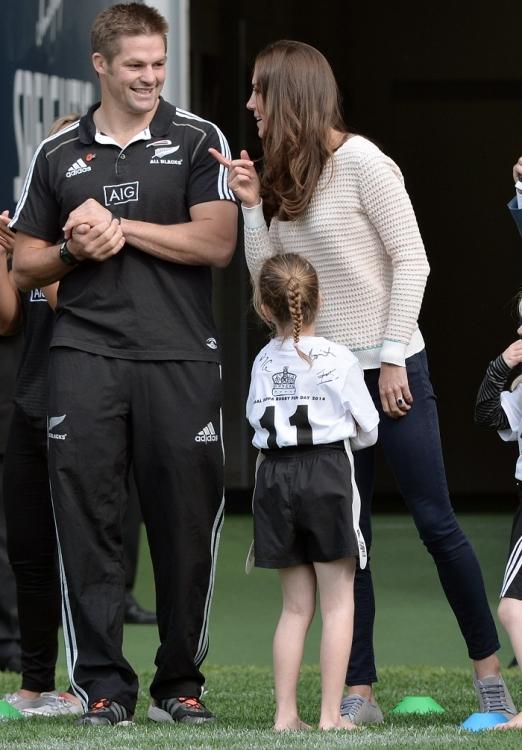 Кейт Миддлтон возглавила одну из детских команд по регби на стадионе Forsyth Barr в Денадине (во время своего австралийского турне в 2014 году)