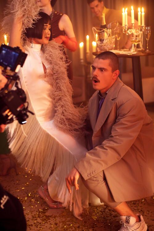 Костюм и рубашка THEO, обувь SERGIO ROSSI (tsum.ua), перчатки FROLOV, галстук - собственность стилиста