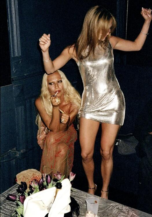 Донателла Версаче и Дженнифер Лопес на вечеринке в Нью-Йорке в апреле 1999 года