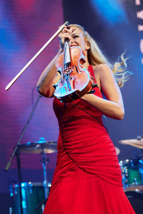 Выступление Киса Ботти (на фото - скрипачка Caroline Campbell)