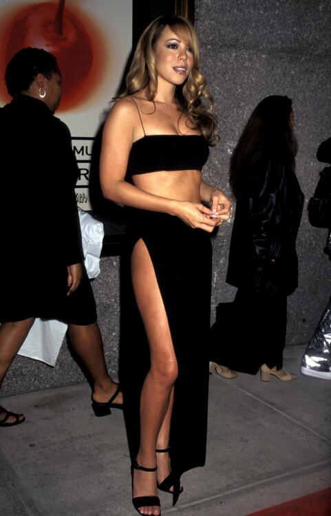 В 1997 году Мэрайя Кэри выпустила шестой студийный альбом Butterfly c заразительным синглом Honey, а на красной дорожке появилась в обтягивающем черном топе-бандо и юбке, которые собрали бы массу комплиментов в наши дни.