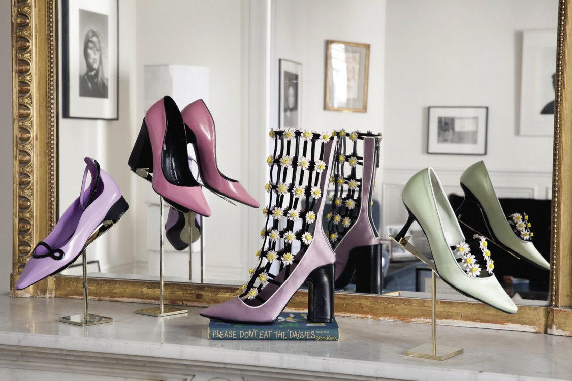 В моде сегодня так мало шика, что мне всe больше нравится именной бренд обувного дизайнера Louis Vuitton Фабрицио Вити. Его туфли – элегантные, с приятными отголосками ретро – напоминают о стиле Одри Хепберн»