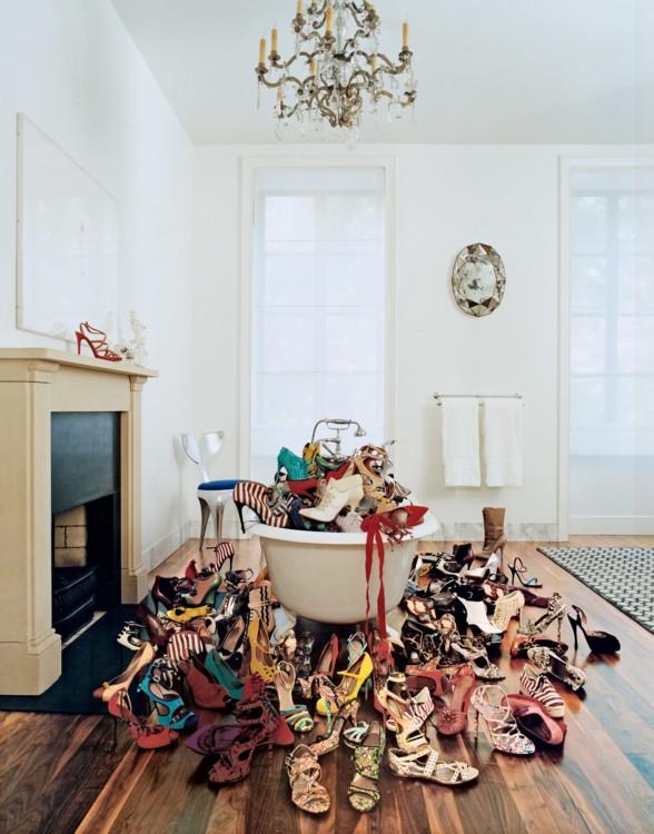 Коллекция обуви редактора Vogue и дизайнера Табиты Симмонс, в ее савойской ванне от Waterworks. Фото: Франсуа Алар, Vogue, 2012