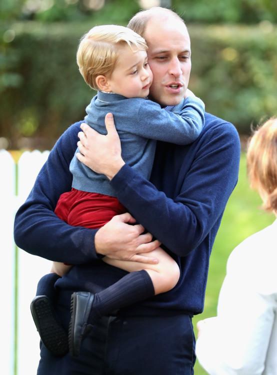 Принц Георг обнимает отца Уильяма на детской вечеринке с семьями военных во время тура по Канаде