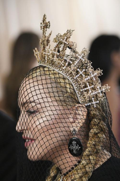 Мадонна в украшениях Narcisa Pheres