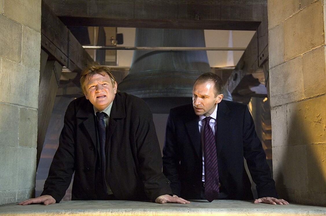 Брендан Глисон и Рэйф Файнс в фильме «Залечь на дно в Брюгге», 2008