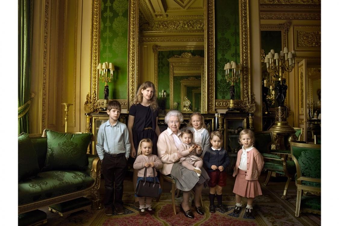 В честь празднования 90-летия королевы Елизаветы II Анна Лейбовиц сфотографировала монарха с ее внуками и правнуками