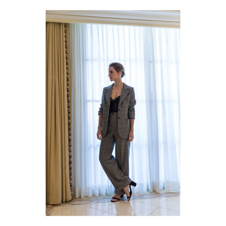 Эмма Уотсон в винтажном костюме SAINT LAURENT в Лос-Анджелесе