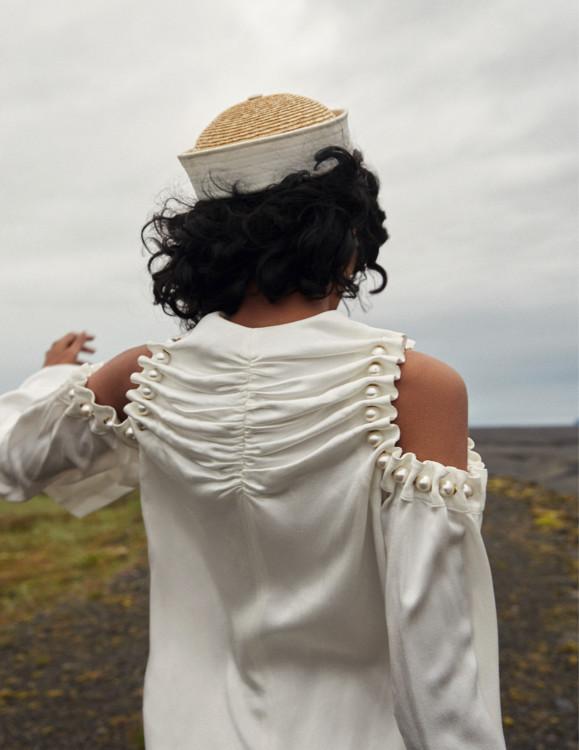 Шовкова сукня з обробкою з перлів, Mother of Pearl; капелюх з бавовни і соломи, Beton Cire
