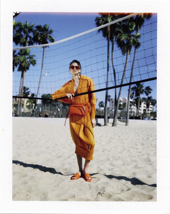 Платье из вискозы, Balmain; кожаная сумка, резиновые шлепанцы, очки, все – DKNY