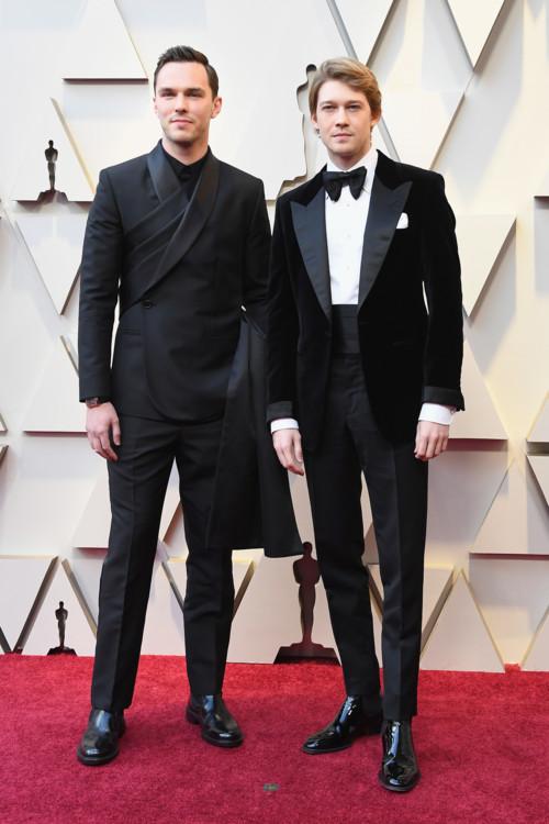 Николас Холт в Dior Homme и Джо Элвин в Tom Ford