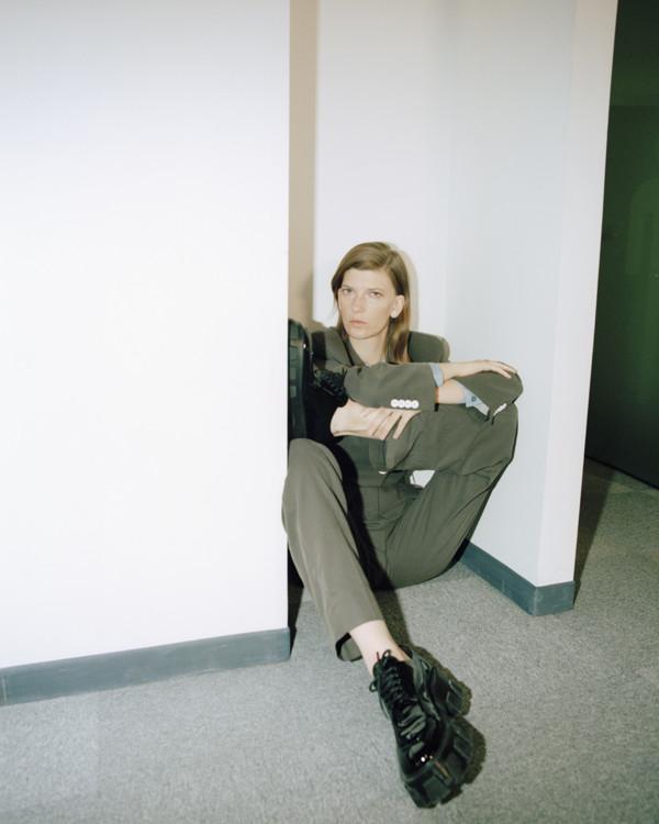 Жакет из габардина, брюки из габардина, все – Acne Studios; шелковая блуза, Isa Arfen; кожаные туфли, Prada
