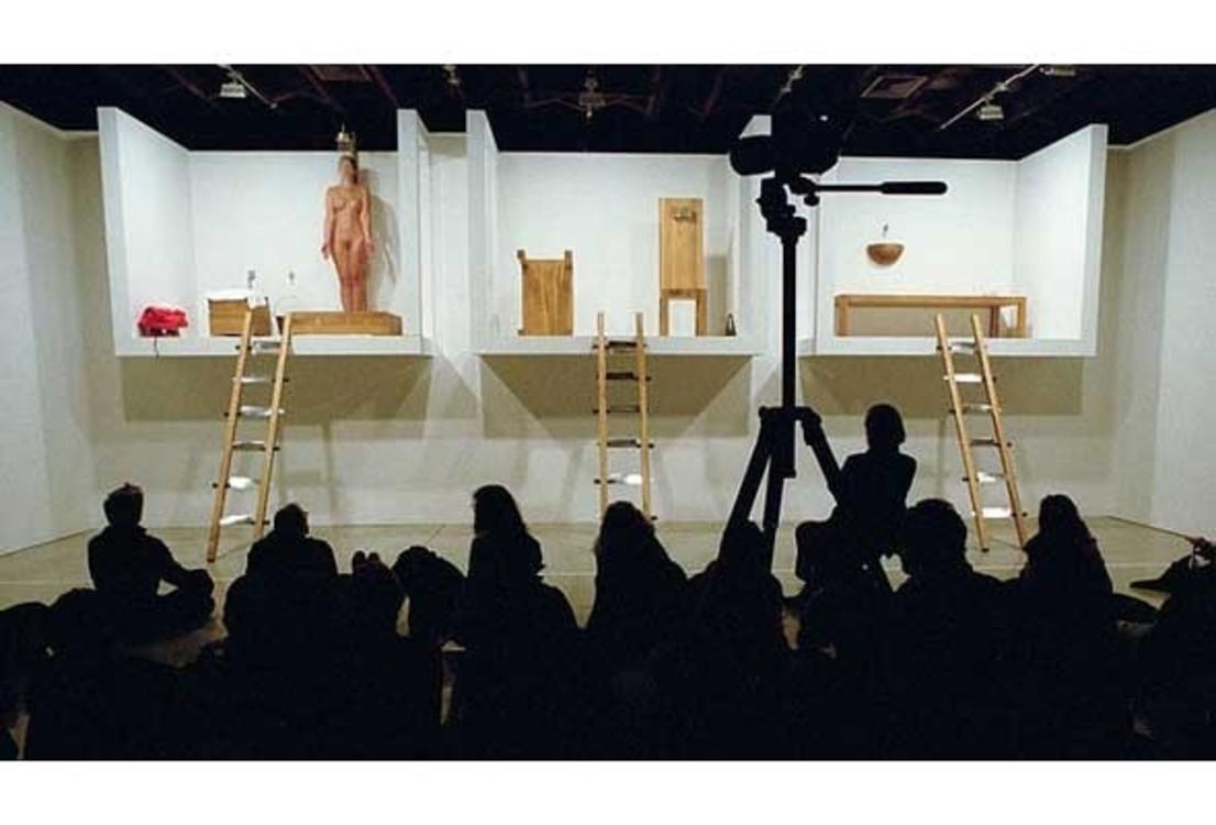 """""""Дом с видом на океан"""", 2002. В течении 12 дней художница находилась перед зрителями в макете дома из трех комнат: не ела, только пила, иногда спала и пристально смотрела на публику."""
